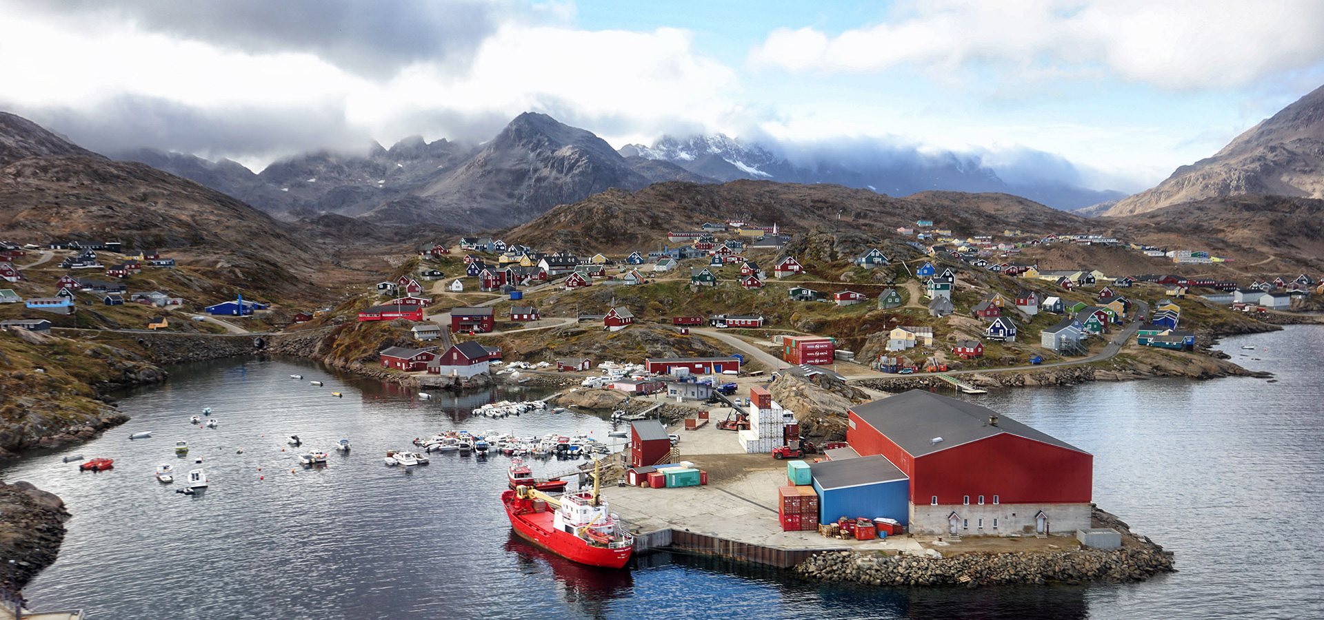 The Red House - Eastgreenland - Politik - Wirtschaft